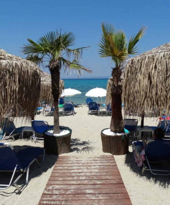 Find the top beach bars of Pefkochori while staying in the luxurious Apartment Chalkidiki